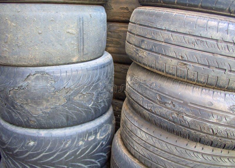 Utilizado encima de los neumáticos del coche con los hilos gravemente gastados ciérrese para arriba fotos de archivo
