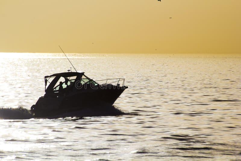 Utilizzi la barca al tramonto immagini stock