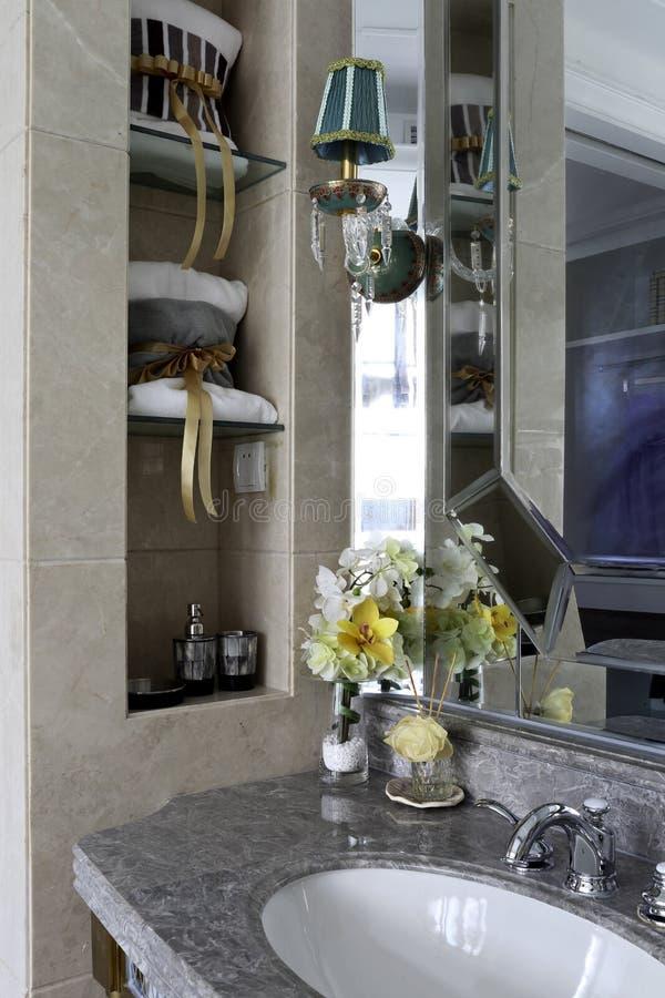 Utilizzi pienamente spazio nel bagno della famiglia immagine stock