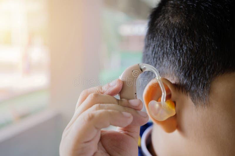 Utilizzo del concetto di apparecchio acustico immagini stock libere da diritti