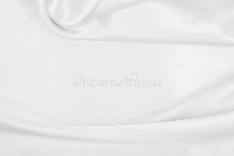 Utjämnad elegant vit silke eller platinlyxduk som bröllopsbakgrund Luxurig bakgrundsdesign arkivfoto