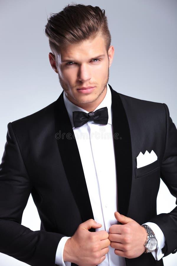 Utklippfoto av affärsmannen som rymmer hans omslag royaltyfria foton