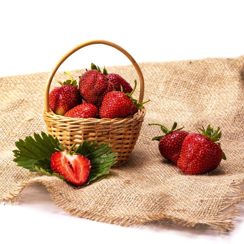 Utläggning av den nya organiska jordgubben i korgen på vit bakgrund, sund mat, perfekt frukt för öken, arkivbild