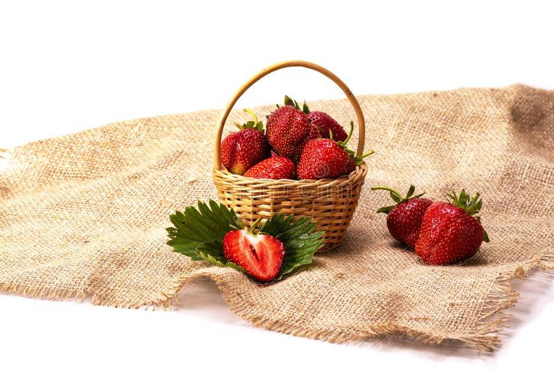 Utläggning av den nya organiska jordgubben i korgen på vit bakgrund, sund mat, perfekt frukt för öken, royaltyfria bilder
