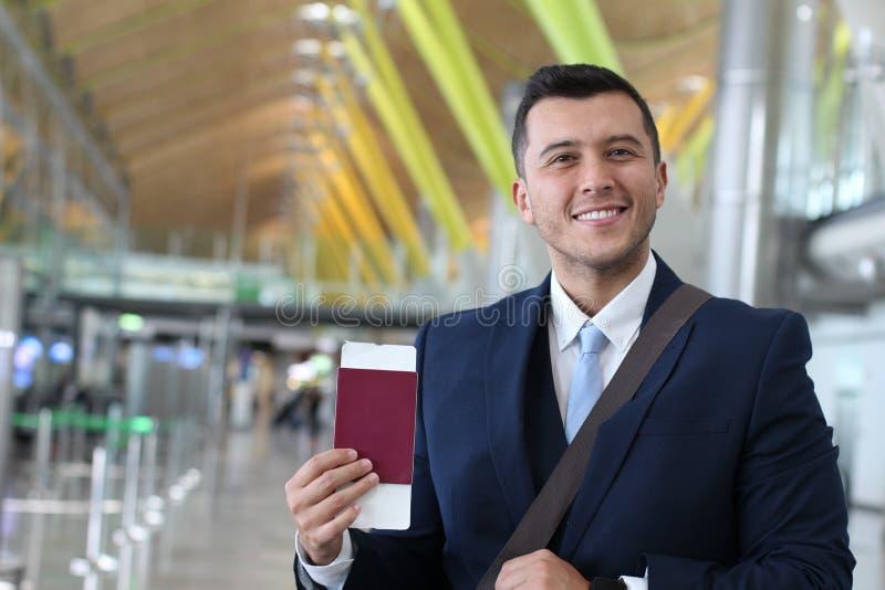 Utländsk affärsman som är lycklig med hans lagliga arbetstillstånd arkivbild