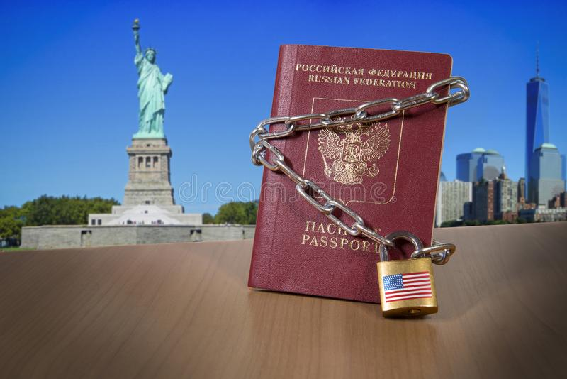 Utländskt pass för ryss med metallkedjan och låset USA avdelningen av tillståndet blockerade den inskränkta USA-visumfrågan för r royaltyfri foto