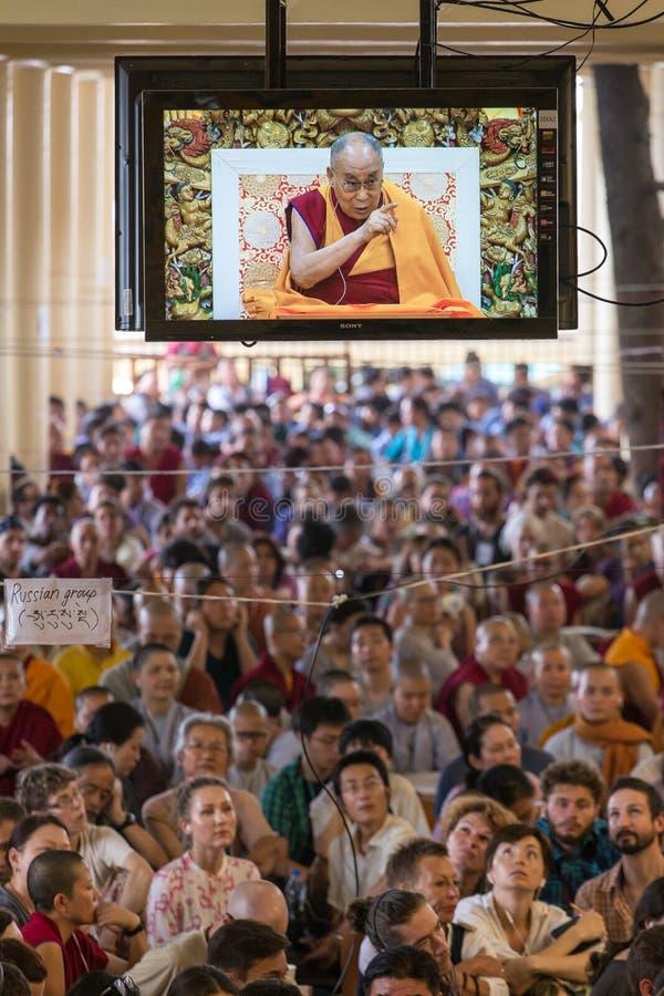 Utlänningar som lyssnar till hans helighet 14na Dalai Lama Tenzin Gyatso som ger undervisningar i hans uppehåll i Dharamsala, Ind royaltyfri foto