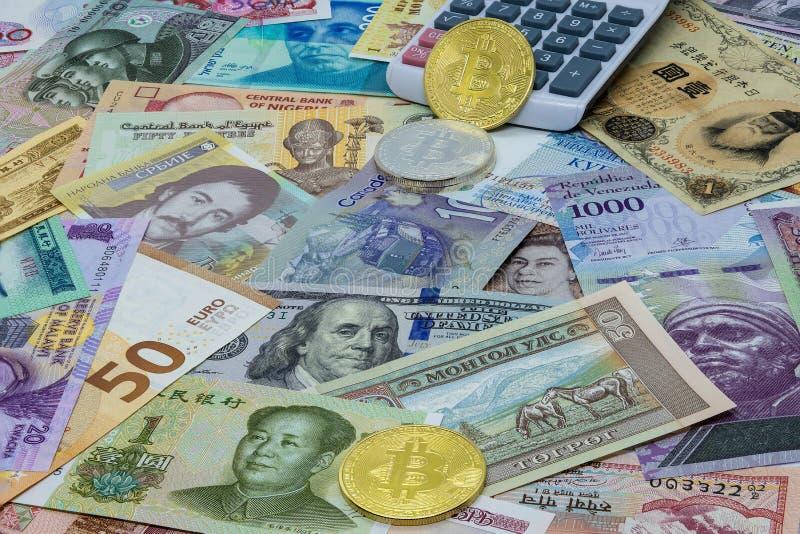 Utl?ndska och digitala Bitcoin valutaj?mf?relser och ber?kningar royaltyfri foto