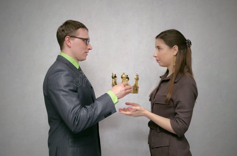 Utmärkelseceremoni Tilldela med den guld- kronan royaltyfria foton