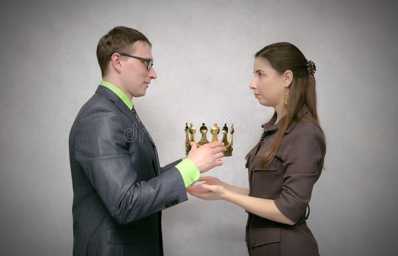 Utmärkelseceremoni Tilldela med den guld- kronan royaltyfri foto