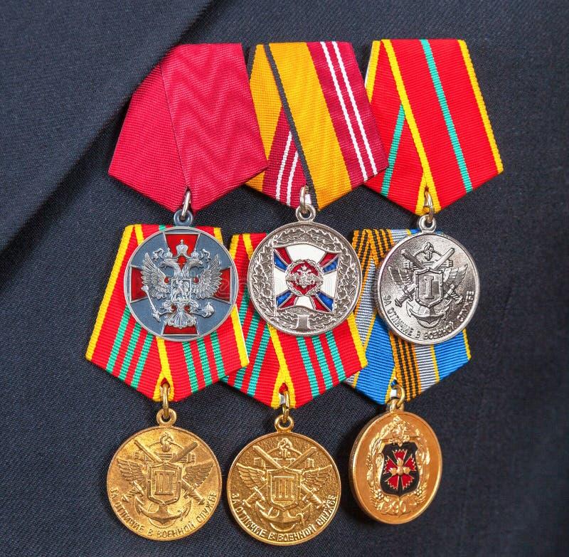 Utmärkelser och olika medaljer på ryssmarinlikformign fotografering för bildbyråer