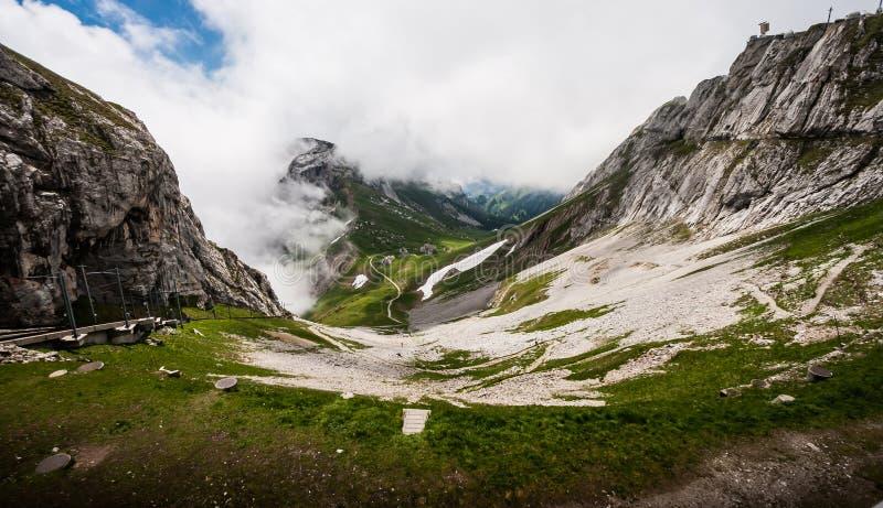 Utmärkt majestätiskt Drake-som landskapsikt av naturliga schweiziska fjällängar från det monteringsPilatus maximumet Hisnande sik arkivfoton