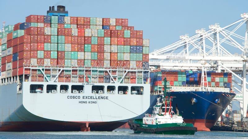UTMÄRKTHET för lastfartyg som COSCO avgår porten av Oakland arkivbild