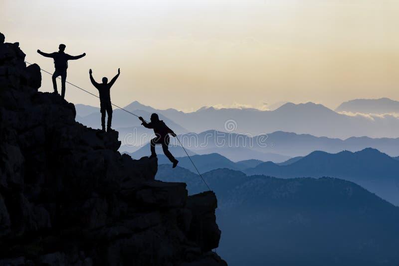 Utmanande berg och framgångbegrepp arkivfoto