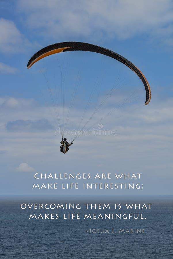 Utmaningar och paraglider royaltyfri foto