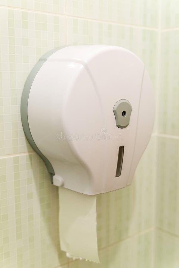 Utmatare för pappers- ask för toalett royaltyfri bild