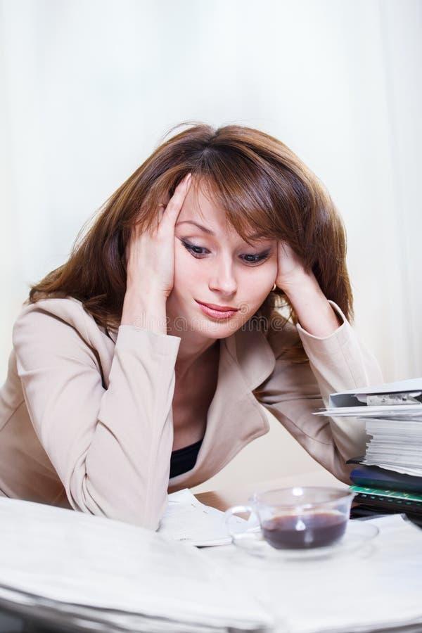 Utmattad affärskvinna royaltyfri foto