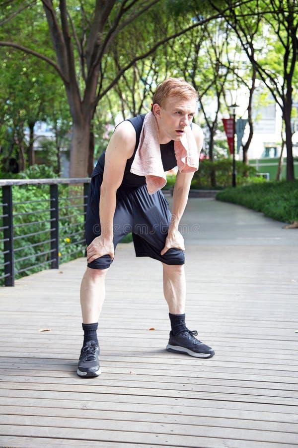 Download Utmattad Caucasian Man Efter En Körning Med Towell Arkivfoto - Bild av övning, modell: 78731570