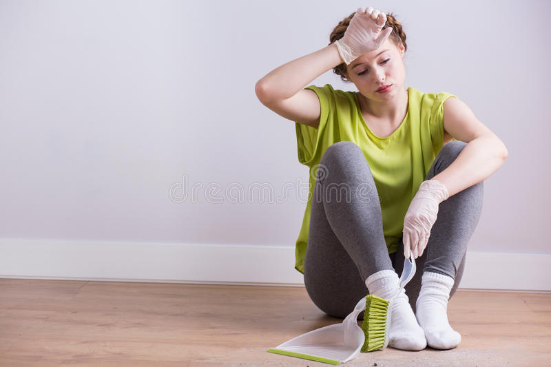 Utmattad hemmafru efter hushållning fotografering för bildbyråer