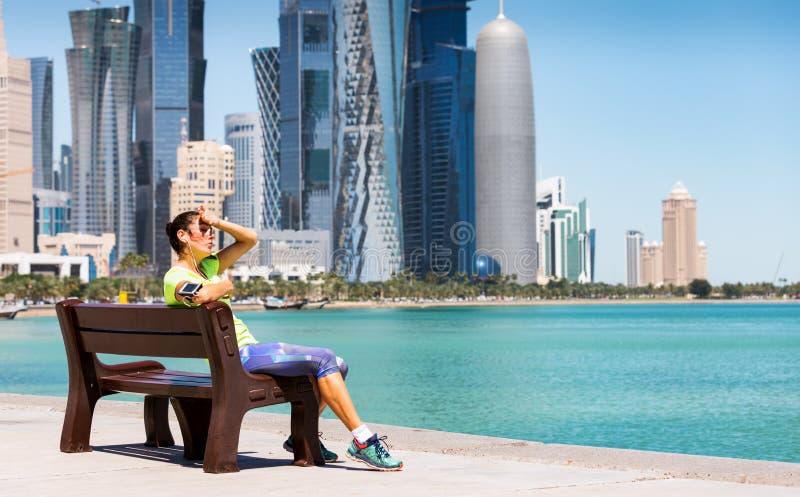 Utmattad kvinnlig löpare för värme fotografering för bildbyråer