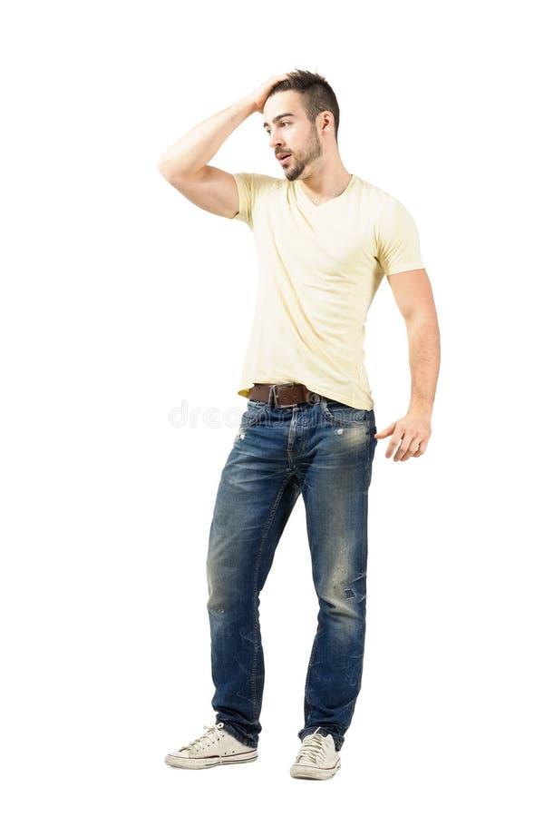 Utmattad spring för den unga mannen fingrar till och med hans hår arkivfoto