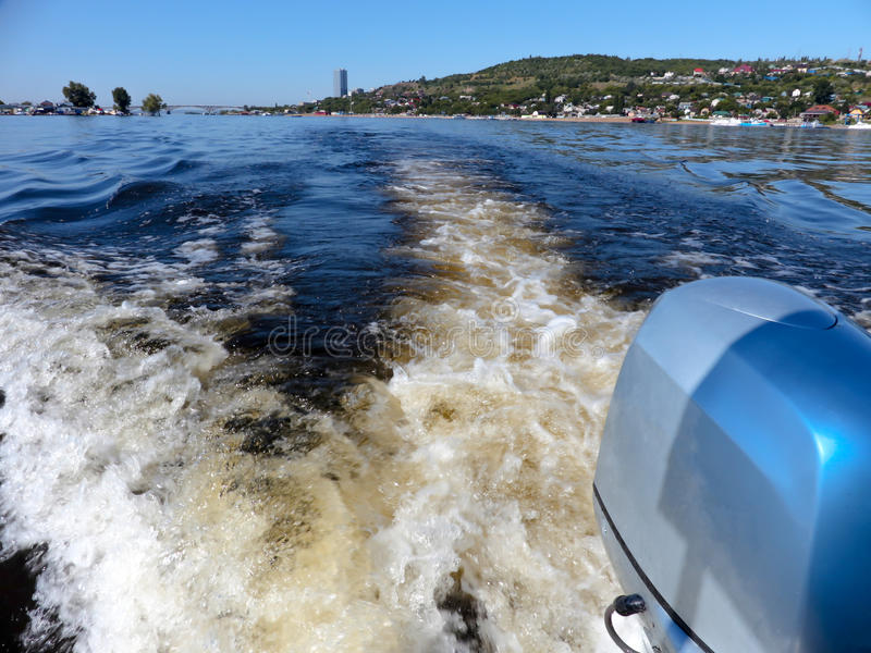 Utombordsmotor Sommarflodlandskap som fotograferas från sidan av fartyget Ryssland Saratov, Volgaet River bridge gjorda bilder nä arkivbilder