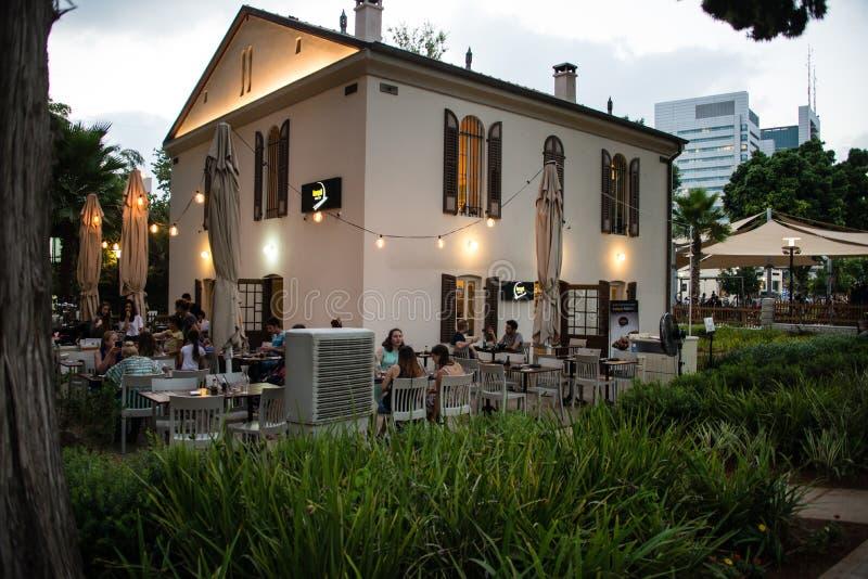 Utomhus- äta middag i det Sarona Templar området, Tel Aviv royaltyfri fotografi