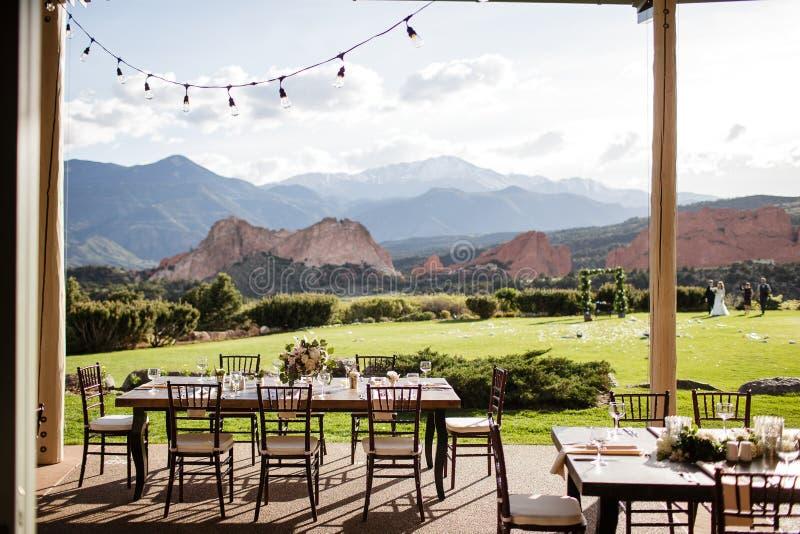 Utomhus- äta middag område som förbiser härlig bergplats royaltyfri bild