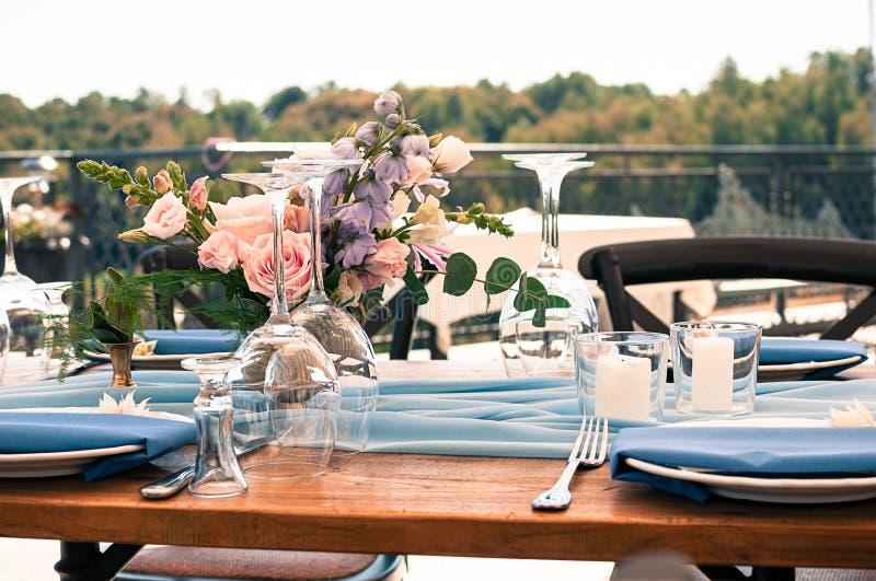 Utomhus- aktivering för bröllop- eller händelsegarneringtabell royaltyfri bild
