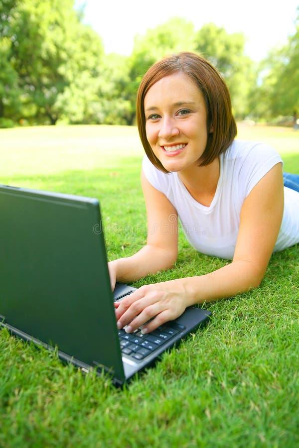 utomhus- användande kvinna för caucasian bärbar dator royaltyfri bild