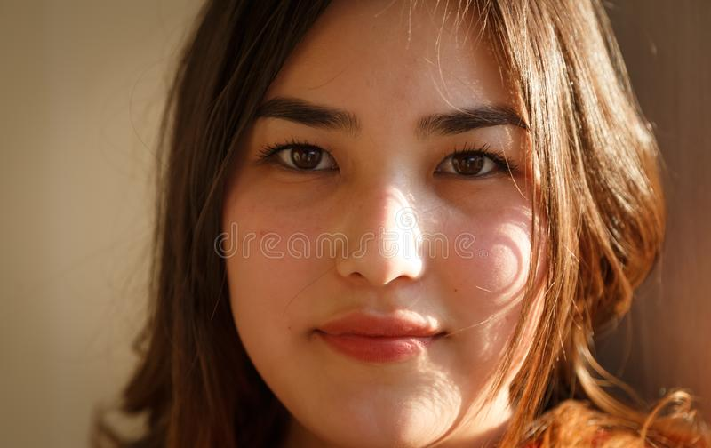 Utomhus- asiatisk flicka för ståendenärbild, djup av fältsuddighet royaltyfri bild