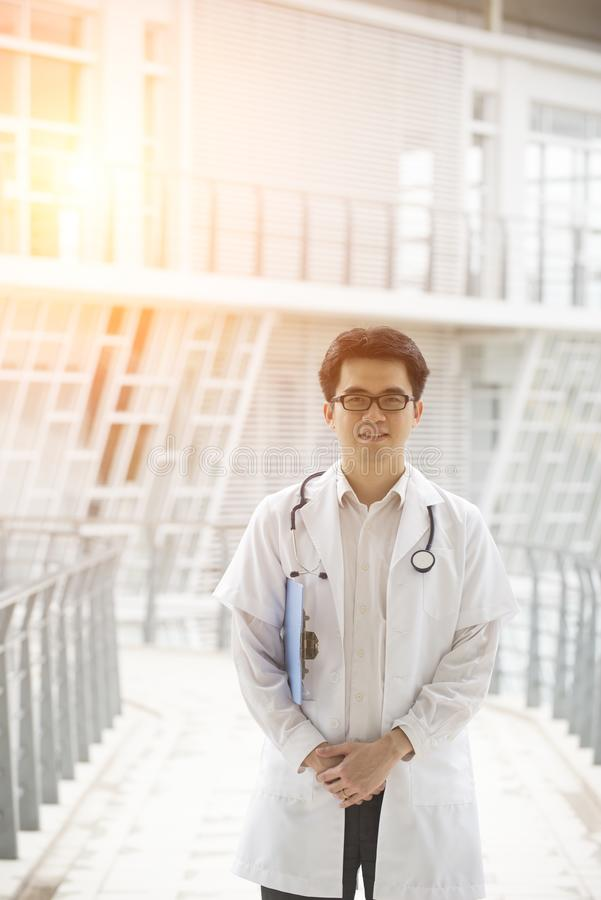 Utomhus- asiatisk manlig doktor arkivbild