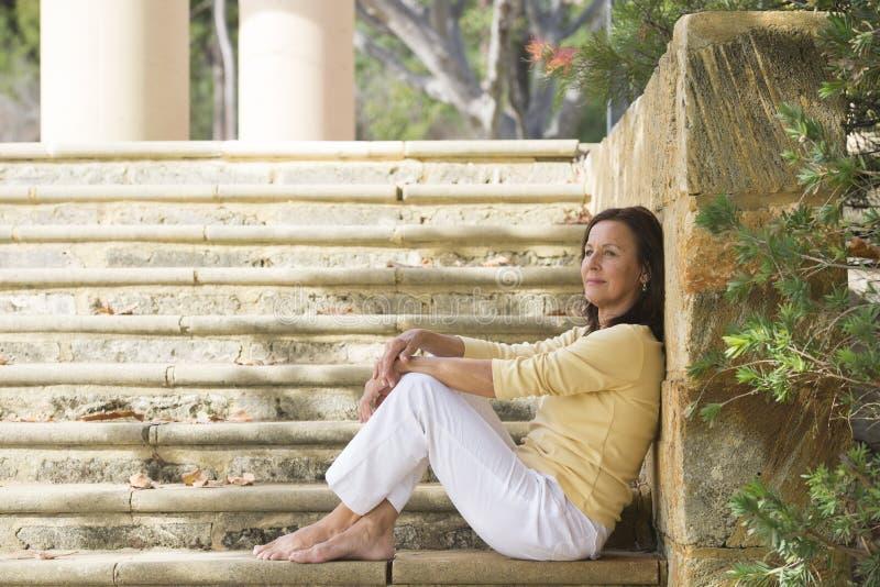 Utomhus- avkopplad lycklig mogen kvinna royaltyfria bilder