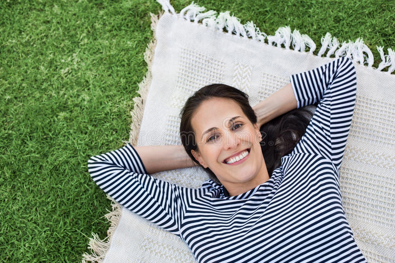 utomhus- avslappnande kvinna royaltyfri fotografi
