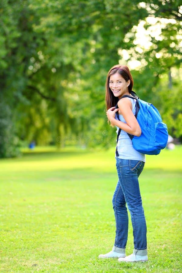 Utomhus- bärande ryggsäck för studentflickastående royaltyfria foton