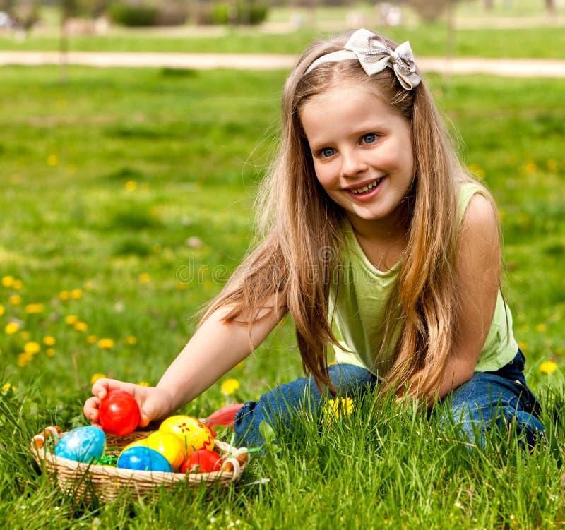 Utomhus- barnfyndeaster ägg. arkivfoto