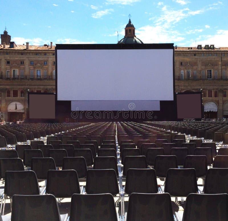 Utomhus- bio med den vita projektionsskärmen, piazza Maggiore i bolognaen, Italien royaltyfri foto
