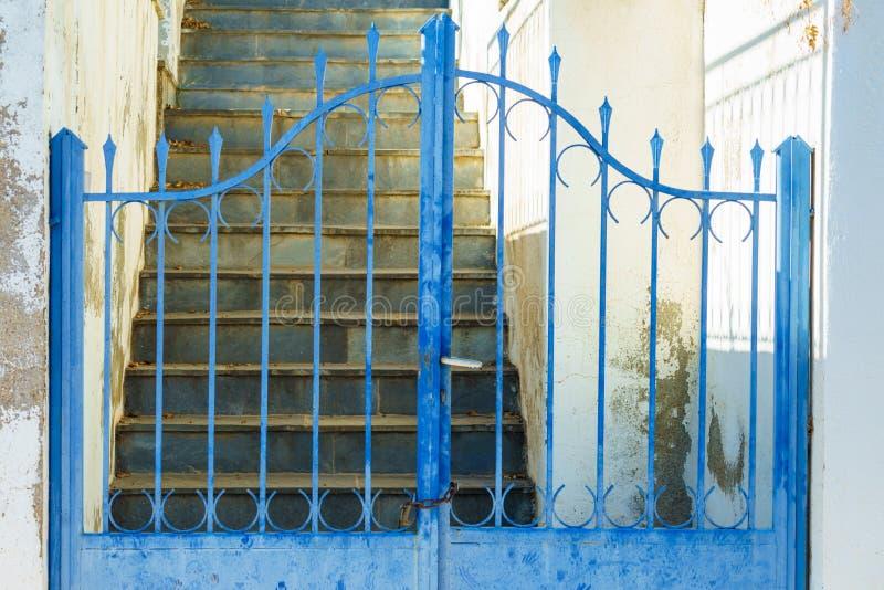 Utomhus- blått staket royaltyfri foto