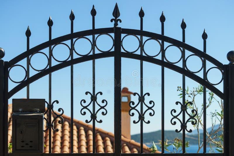 Utomhus- blått staket royaltyfria bilder