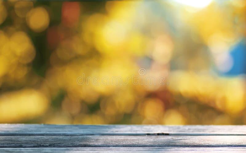 Utomhus- bokeh bakgrundstabellför trähöst royaltyfria foton