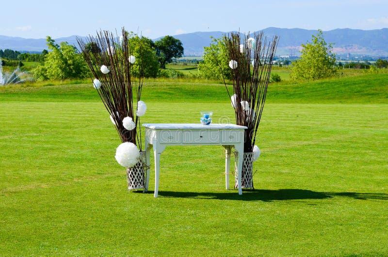 utomhus- bröllop för garneringblomma royaltyfria foton