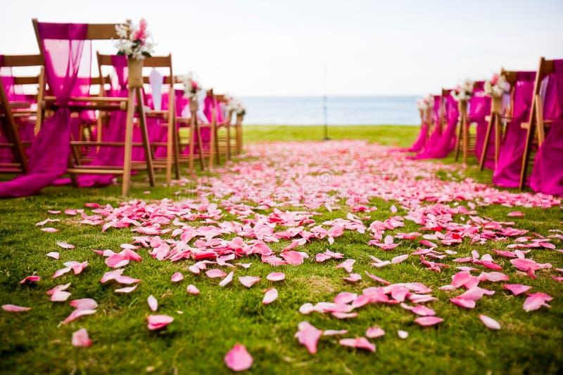 Utomhus- bröllopgång på ett destinationsbröllop arkivfoton