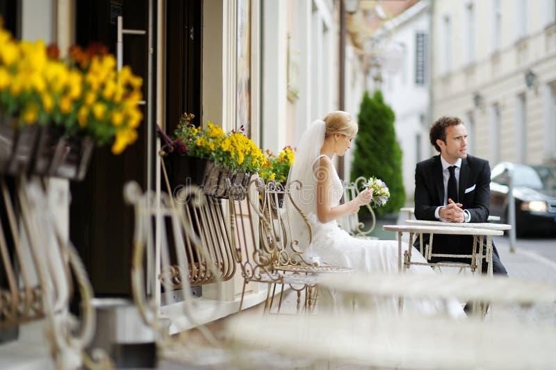 utomhus- brudcafebrudgum fotografering för bildbyråer
