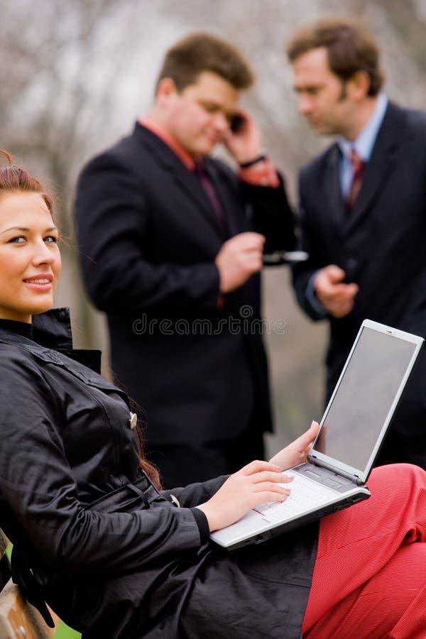 utomhus- businessteammöte royaltyfri foto
