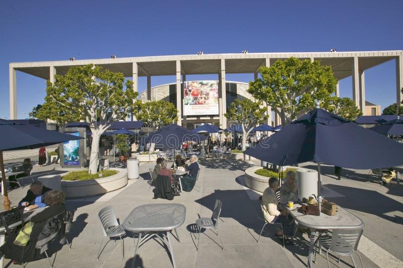 Utomhus- cafï¿ ½ på Dorothy Chandler Pavilion, i stadens centrum Los Angeles, Kalifornien fotografering för bildbyråer