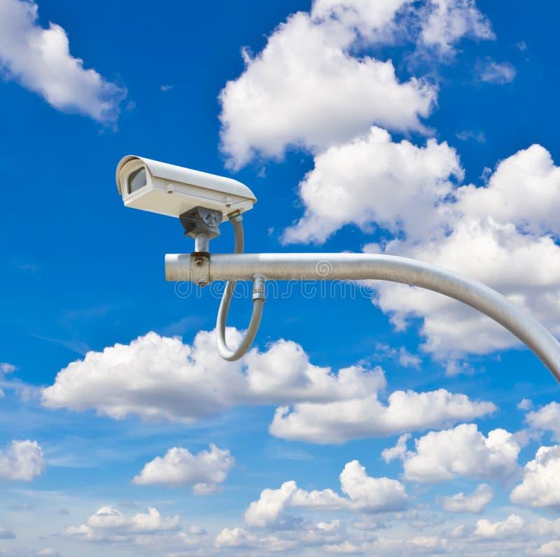 Utomhus- cctv-kamera mot blå himmel royaltyfri fotografi
