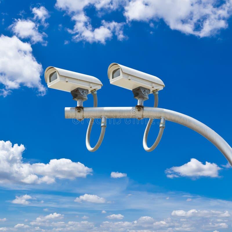Utomhus- cctv-kamera mot blå himmel arkivfoton
