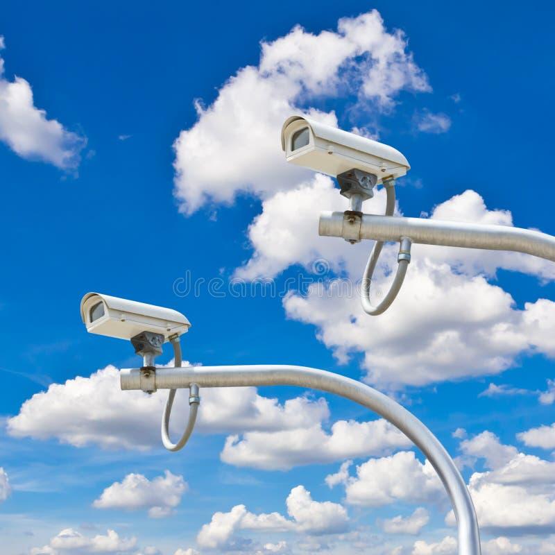 Utomhus- cctv-kameror mot blå himmel arkivbild