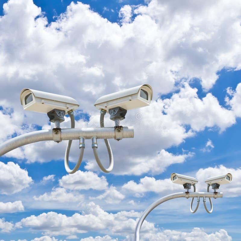 Utomhus- cctv-kameror mot blå himmel royaltyfri foto