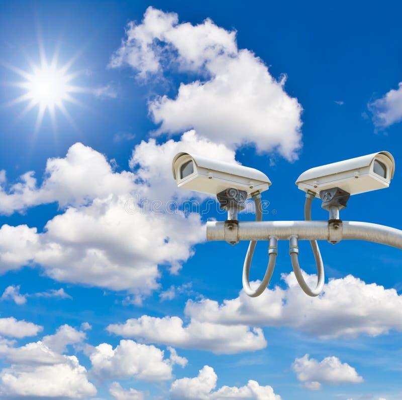 Utomhus- cctv-kameror mot blå himmel och solsken fotografering för bildbyråer